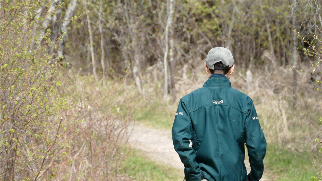 Le guide du Parc national du Mont-Riding, Michaud Desilets, qui s'enfonce dans la forêt
