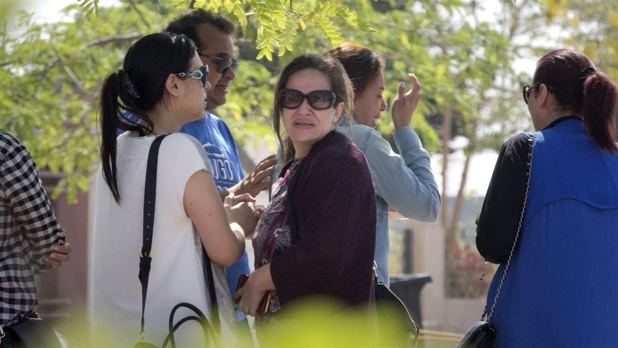 Des proches de passagers du vol d'EgyptAir réunis par les autorités de la compagnie aérienne au Caire