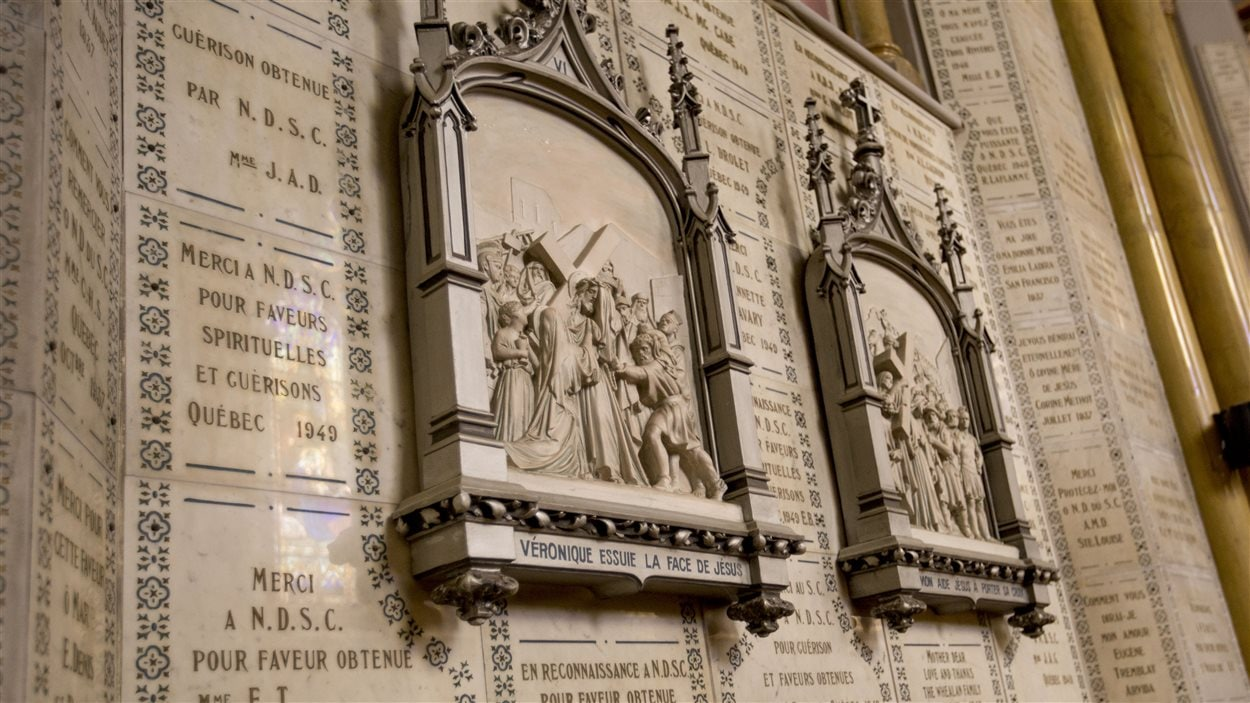 Les murs sont recouverts de plaques de marbre.