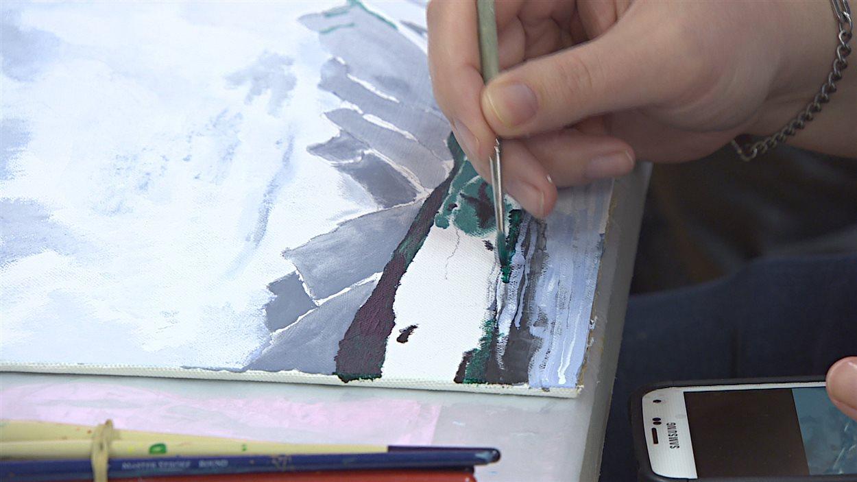 Gérald Huberdeau en train de peindre.