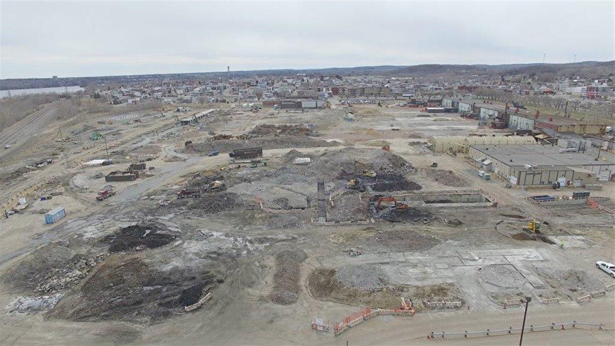 Photo aérienne du site de l'ancienne aluminerie de Shawinigan en voie d'être complètement nettoyé.