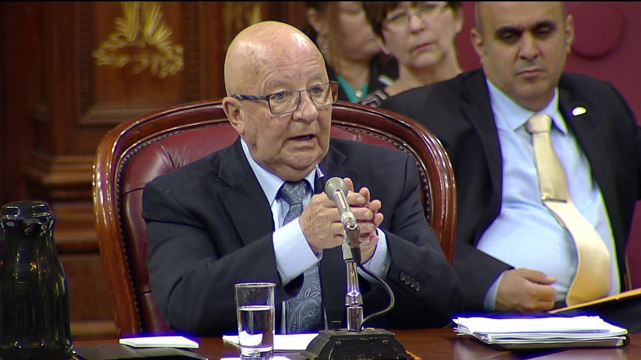 Le porte-parole du Comité provincial de concertation et de développement de l'industrie du taxi, Guy Chevrette, s'exprime devant la Commission des transports et de l'environnement du Québec, le 24 mai 2016.