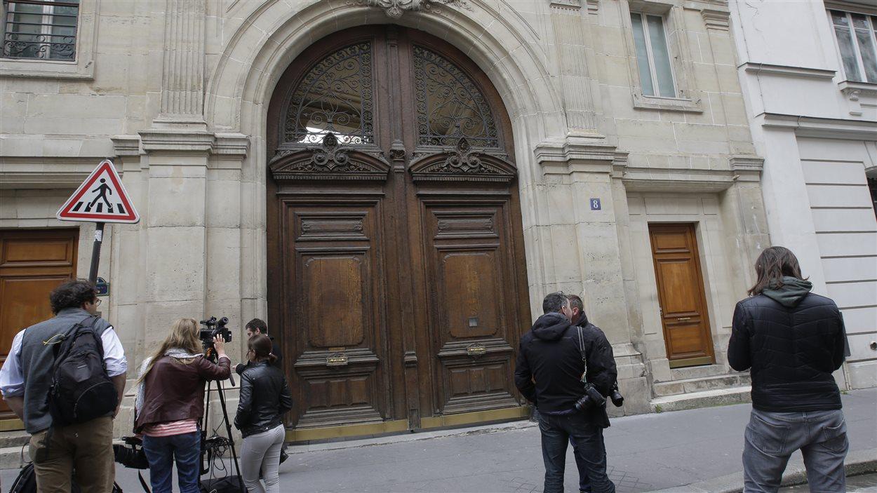 Des journalistes font le pied de grue devant le siège social de Google à Paris.