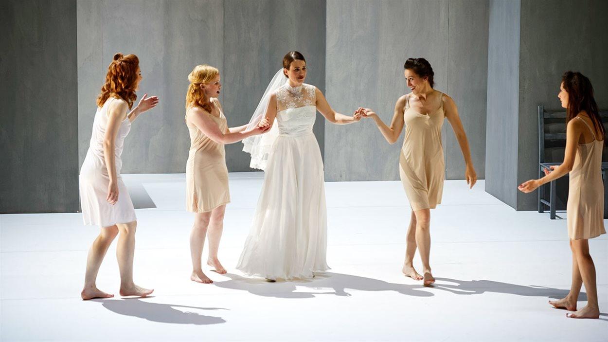 L'opéra «Svadba», d'Ana Sokolovic, avec Floirie Valiquette (au centre), présenté à l'Angers Nantes Opéra