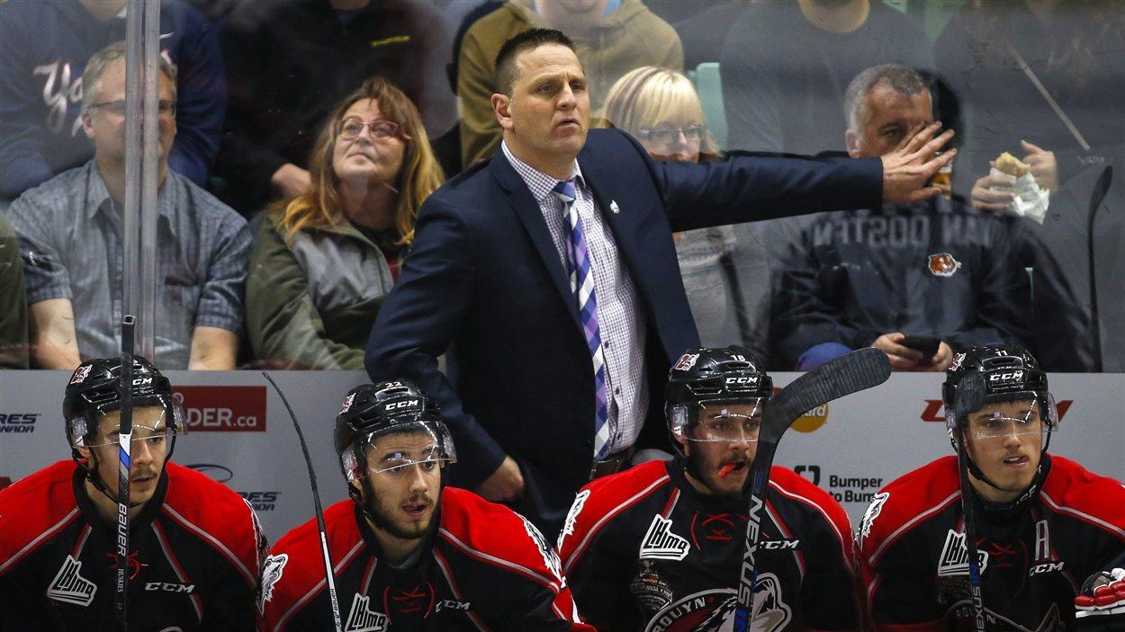 L'entraîneur-chef des Huskies de Rouyn-Noranda derrière le banc des siens, lors du tournoi de la Coupe Memorial