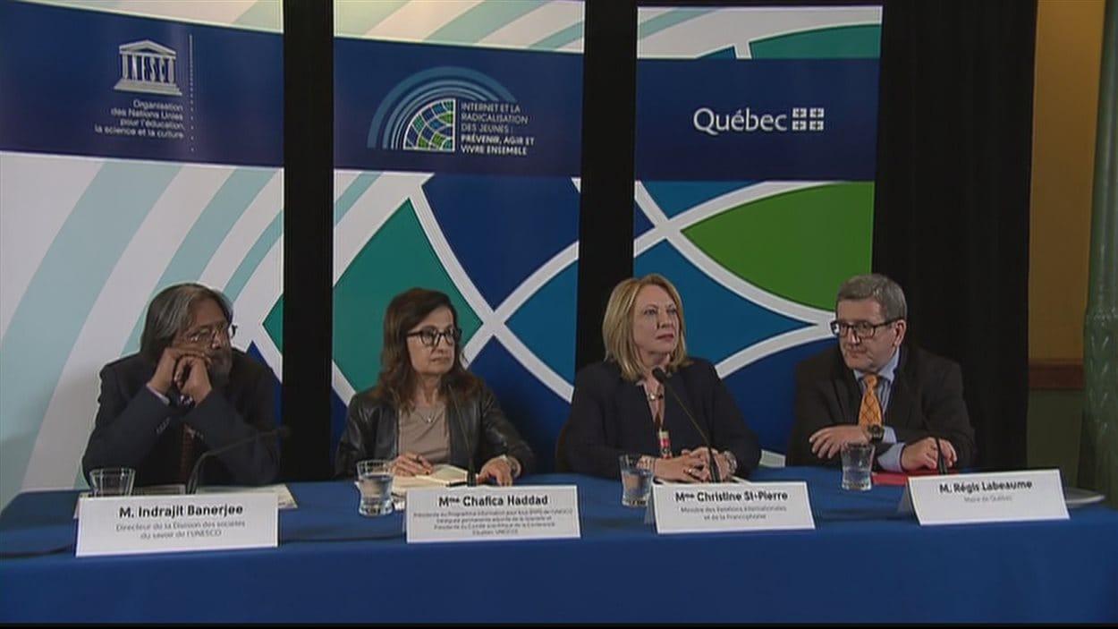La ministre des Relations internationales et de la Francophonie, Christine St-Pierre, a annoncé la tenue d'une conférence sur la radicalisation à Québec entourée de représentants de l'UNESCO et du maire Régis Labeaume.