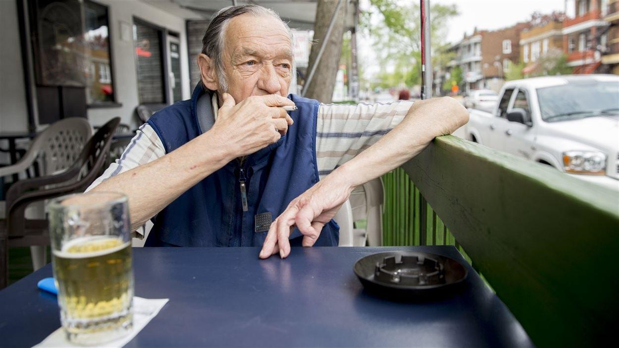 Claude Gélinas fume presque tous les jours sur la terrasse du Pub Limoilou, depuis près de 15 ans.