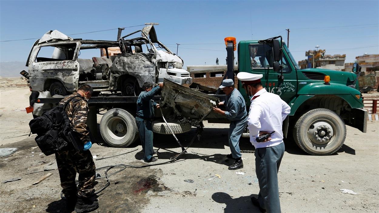 Au moins dix personnes ont été tuées lors d'un attentat suicide visant ce petit autobus à Kaboul.