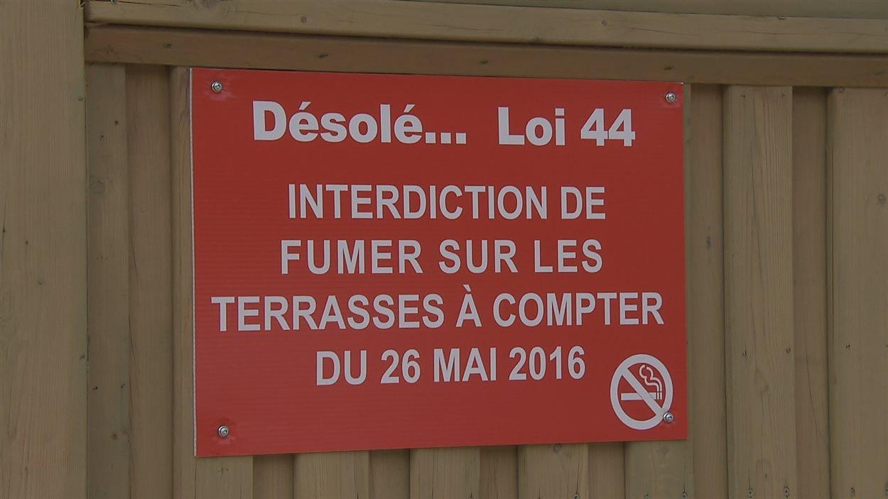 Il est interdit de fumer sur les terrasses des bars et des restaurants du Québec à compter du 26 mai.