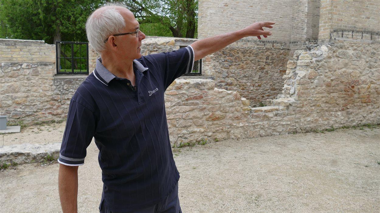 Philippe Mailhot pointe dans la direction de l'entrée principale du monastère des Trappistes.