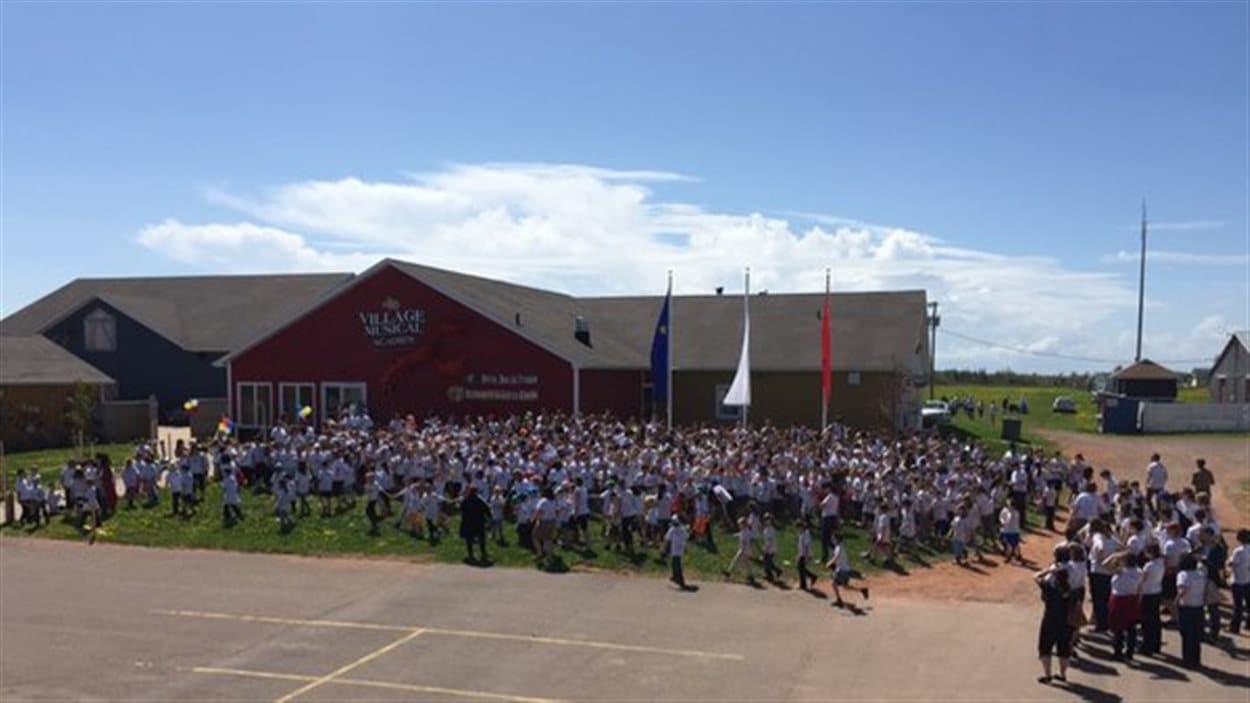 Les élèves ont posé pour une photo officielle des festivités du 25e de l'obtention de la gestion scolaire.