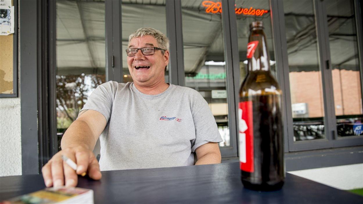 René Roy rit en entendant son ami promettre de fumer dans la ruelle, située derrière le bar.