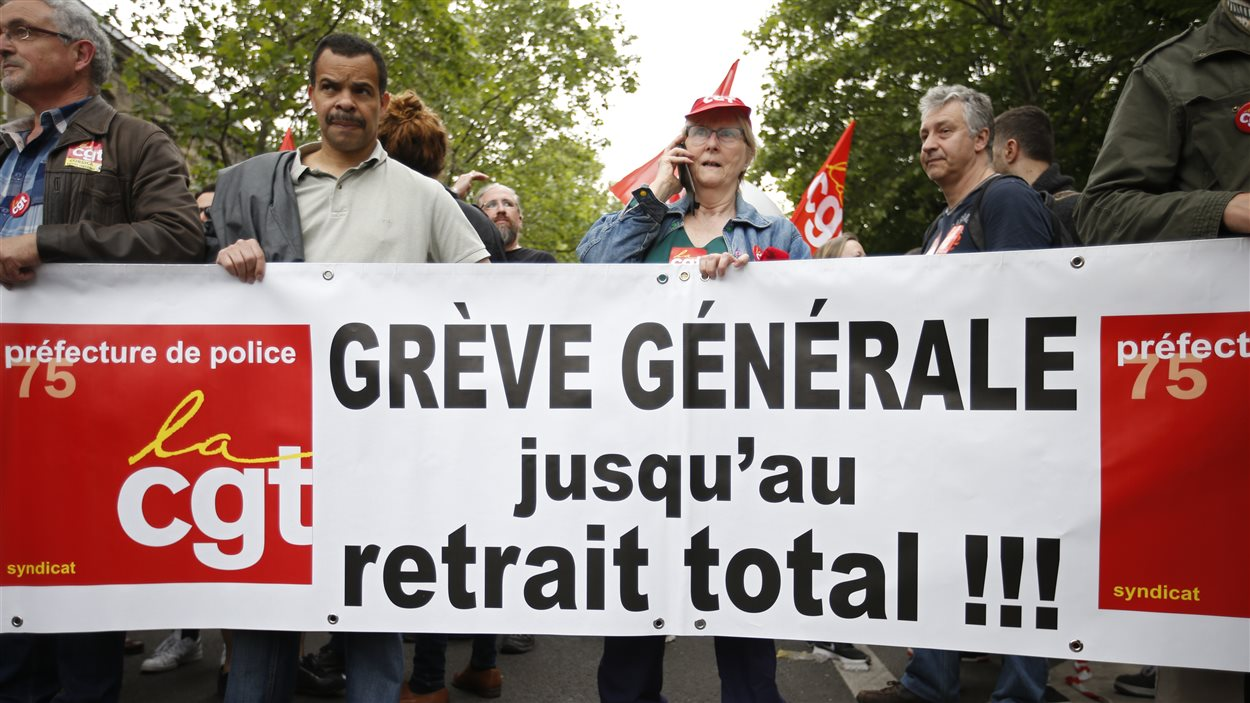 Des travailleurs français manifestent à Paris contre le projet de loi Travail.