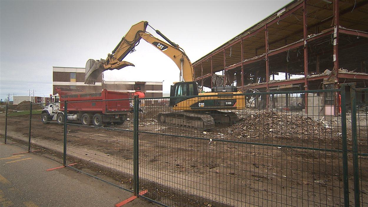 Deux anciennes résidences pour étudiants laisseront place à un nouveau centre multifonctionnel de formation professionnelle.