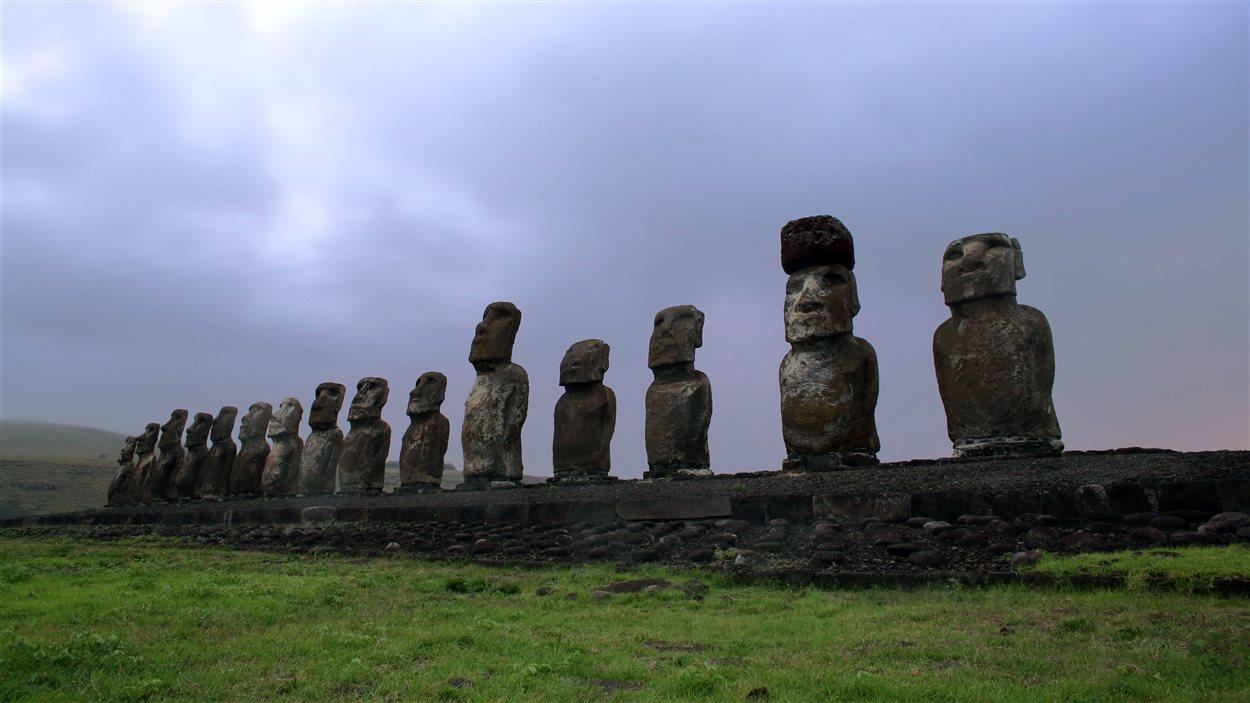 Le rapport souligne que certaines des statues de l'île de Pâques sont sur le point d'être englouties par la mer en raison de l'érosion côtière.