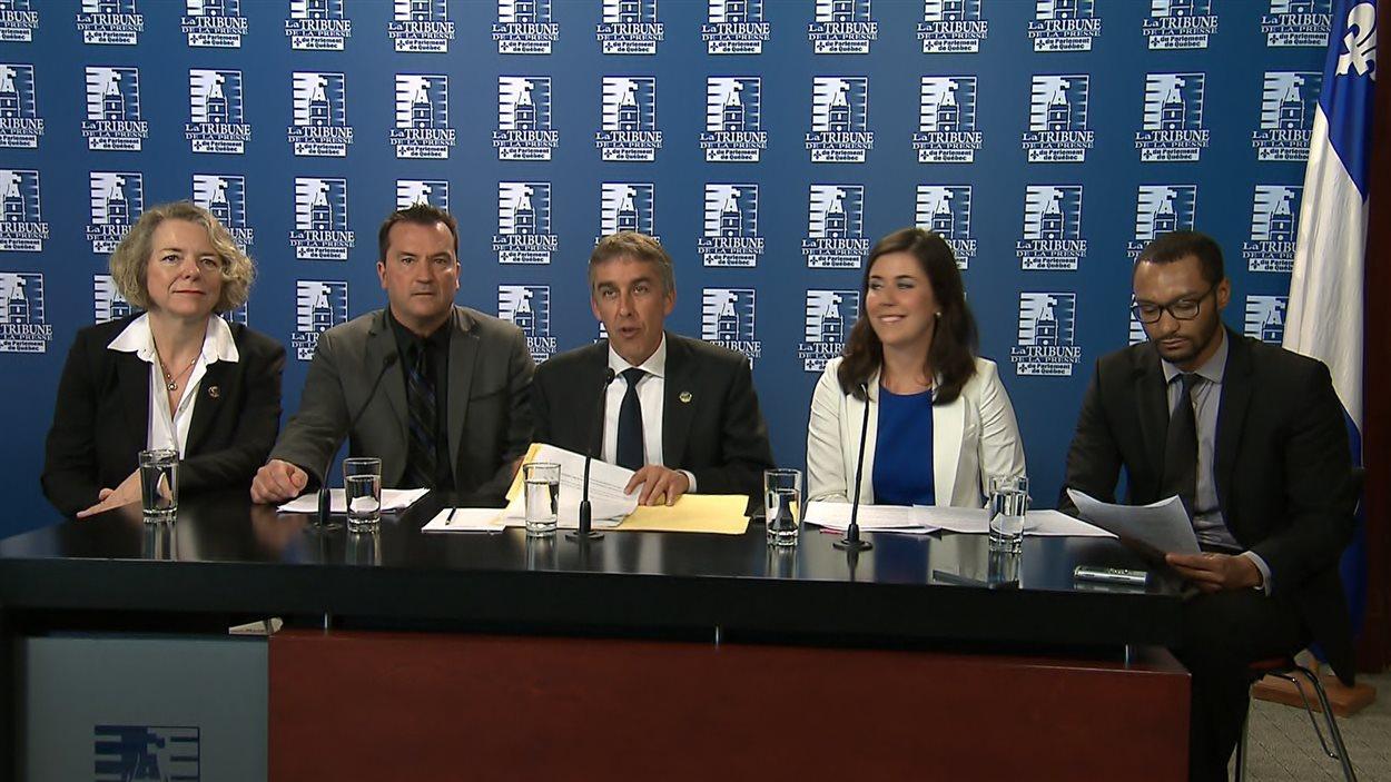 De gauche à droite : les députés péquistes Mireille Jean, Alain Therrien et Nicolas Marceau, la présidente du Bloc québécois Catherine Fournier et le militant péquiste Louis Lyonnais.