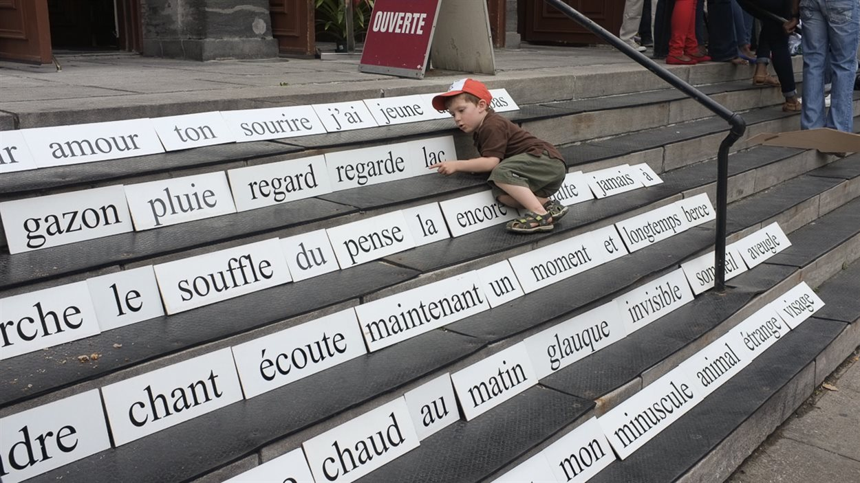 De la poésie magnétique grand format pendant l'événement Pavé Poésie à Montréal