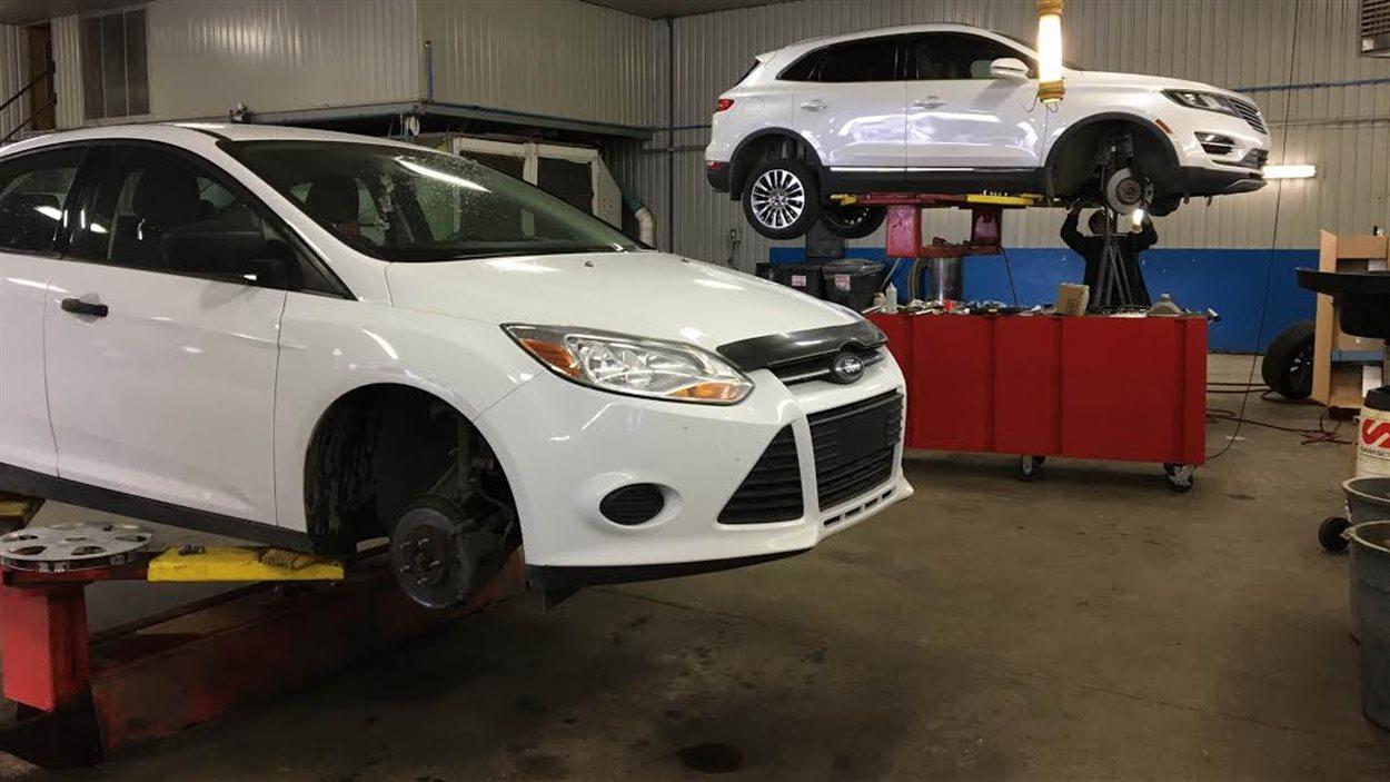 Des employés de garage