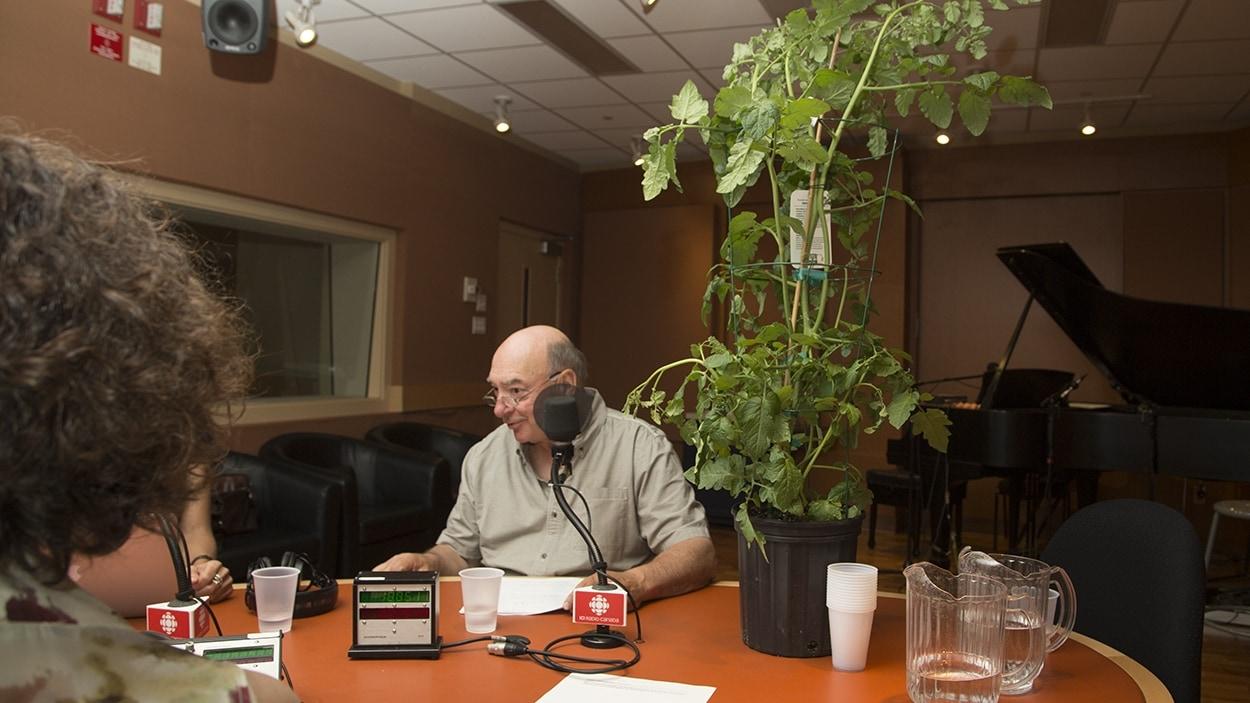 Pierre Gingras avec, à sa droite, le plan hybride «<i>ketchup and fries</i>»