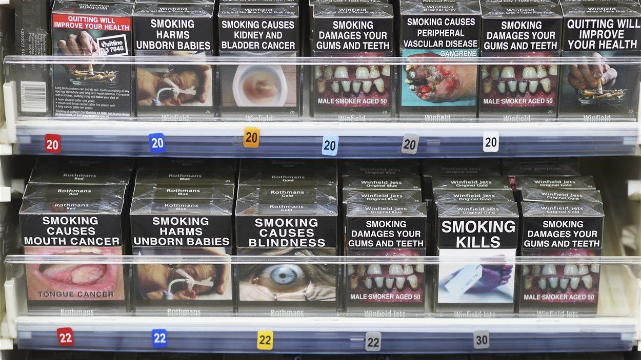 En Australie, les paquets de cigarettes sont neutres depuis 2012. Le nom de la marque est permis, mais tout élément promotionnel (logo, couleur, slogan) est interdit. La mise en garde est obligatoire, comme c'est le cas au Canada.