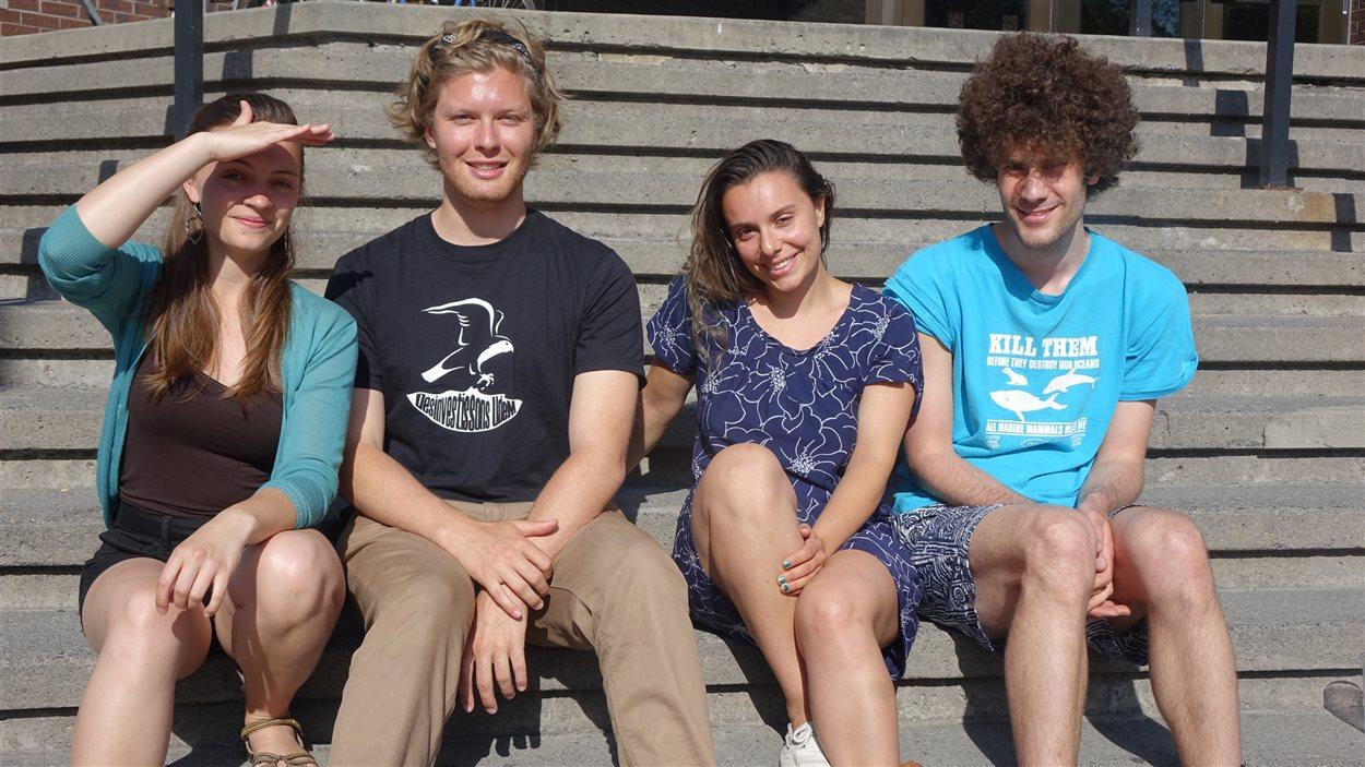 De gauche à droite : Antonina Scheer de Divest McGill, Julien Voyer de Désinvestissons UdeM, Noelia Gravotta et Mathieu Chéhadé de Divest Concordia.
