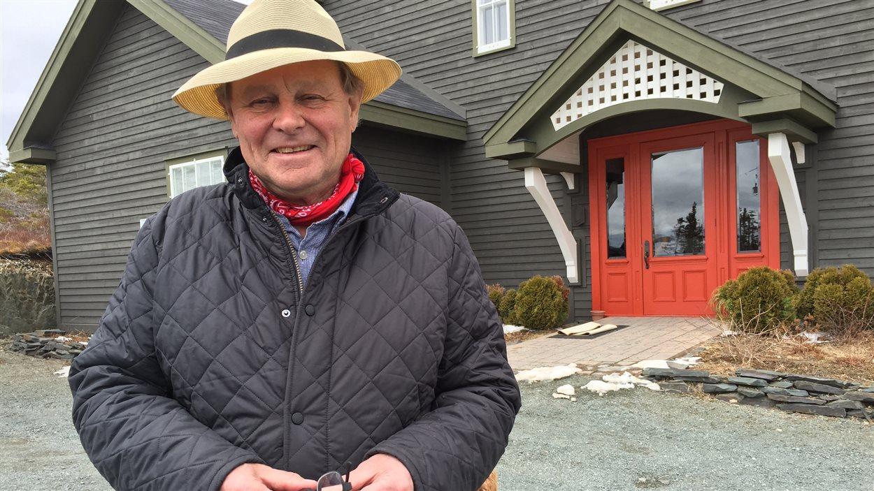 John Fisher devant l'entrée du centre des John Fisher, copropriétaire du Fisher's Loft, à Port Rexton