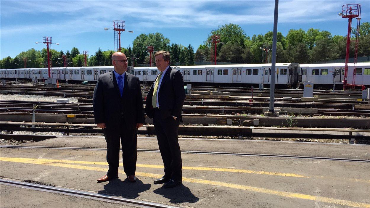 Le ministre des transports, Steven Del Duca, et le maire de Toronto, John Tory.