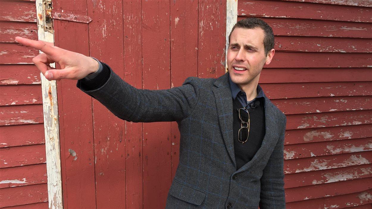 John Norman devant une grange patrimoniale qu'il va rénover.
