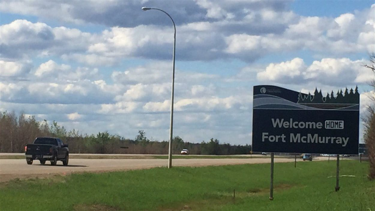 Un panneau d'affichage à l'entrée de Fort McMurray a été modifié pour dire la bienvenue aux résidents.