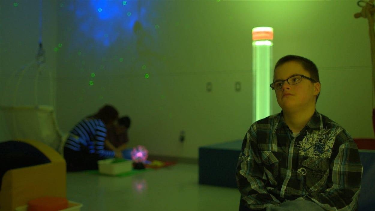 Le petit Olivier est dans la salle sensorielle pour aller se calmer.