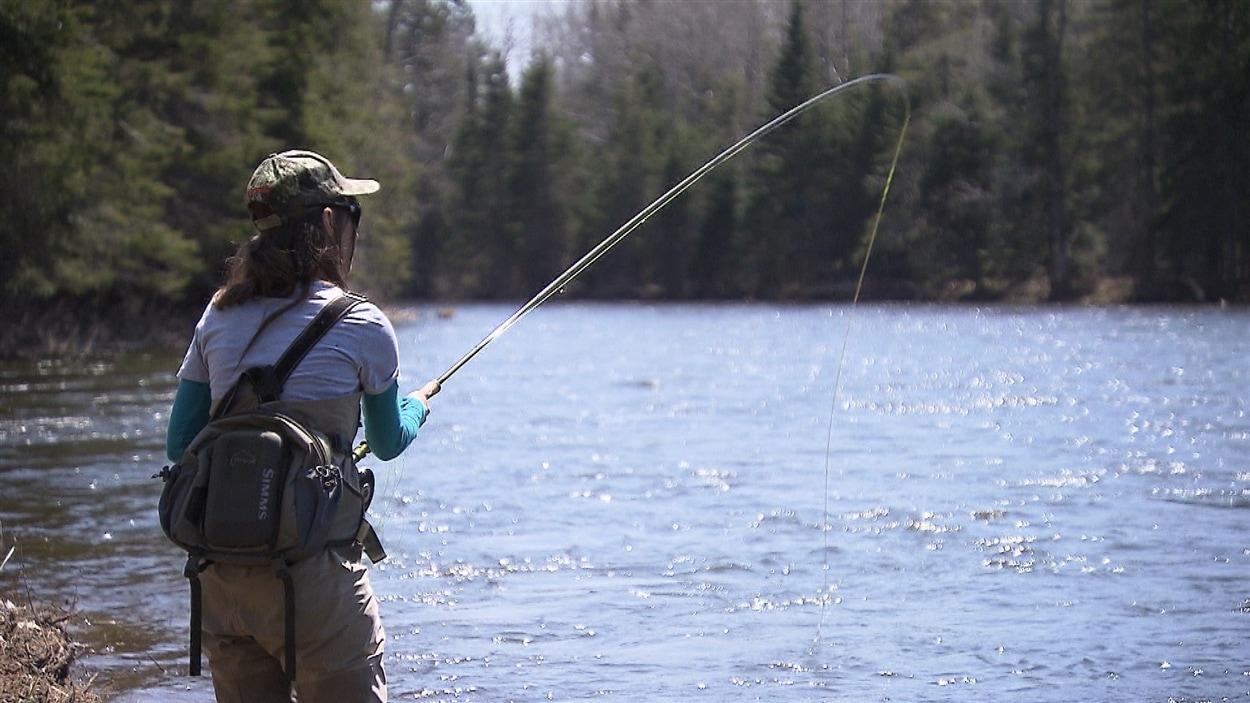 Une pêcheuse de saumon en action