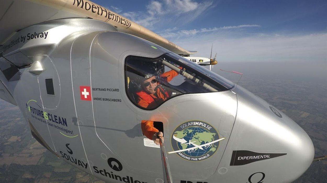 Un égoportrait du pilote Bertrand Piccard à bord du Solar Impulse, lors de son dernier vol en direction de Lehigh Valley en Pennsylvanie, le 25 mai 2016