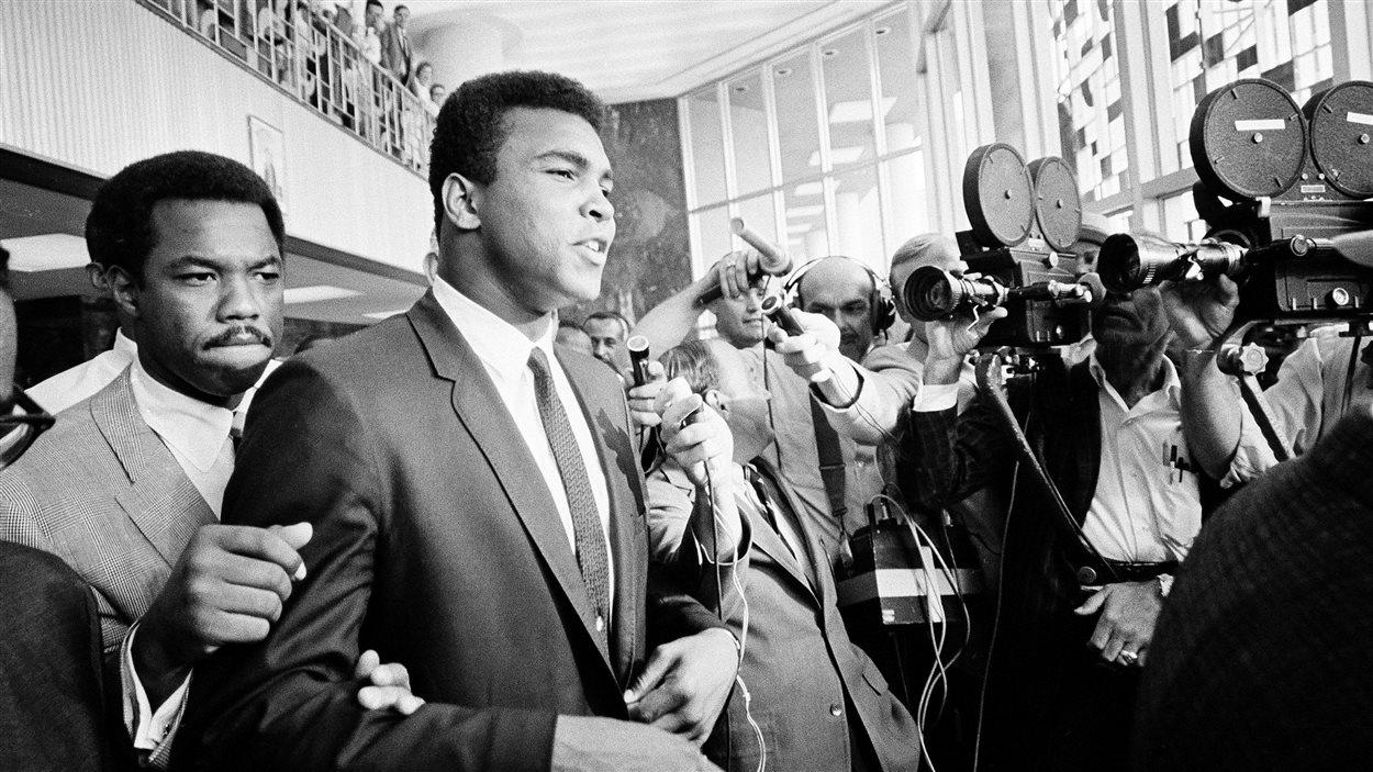 Mohamed Ali à sa sortie d'un immeuble fédéral de Houston, le 19 juin 1967, après une audience de son procès pour avoir refusé de s'enrôler dans l'armée américaine