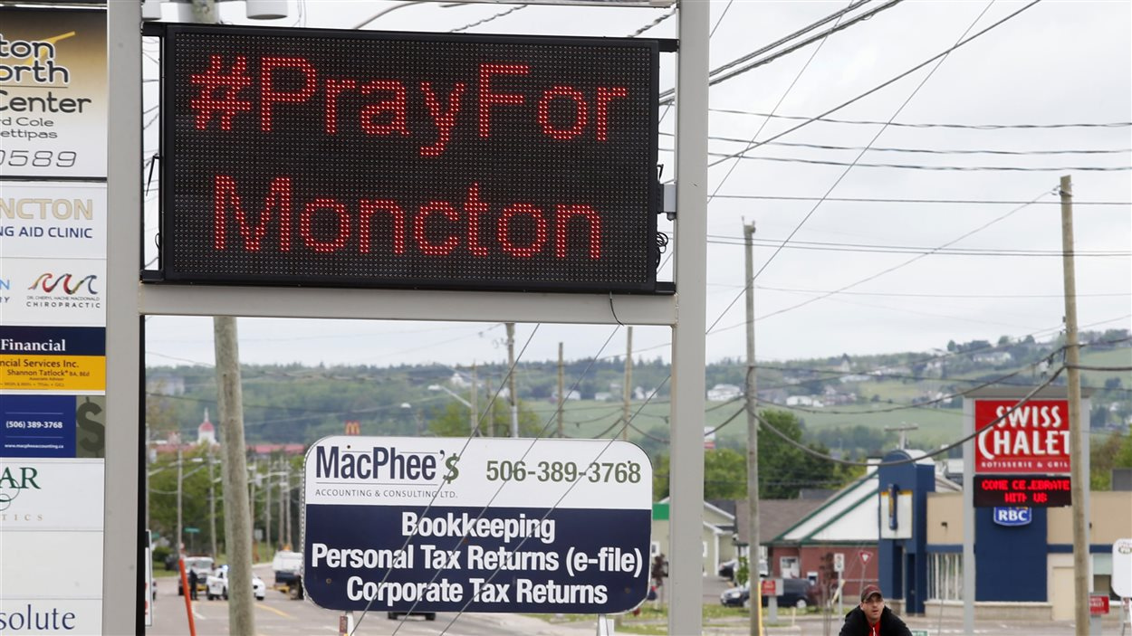 Toute la communauté du Grand Moncton s'est ralliée derrière les policiers après la fusillade du 4 juin 2014.