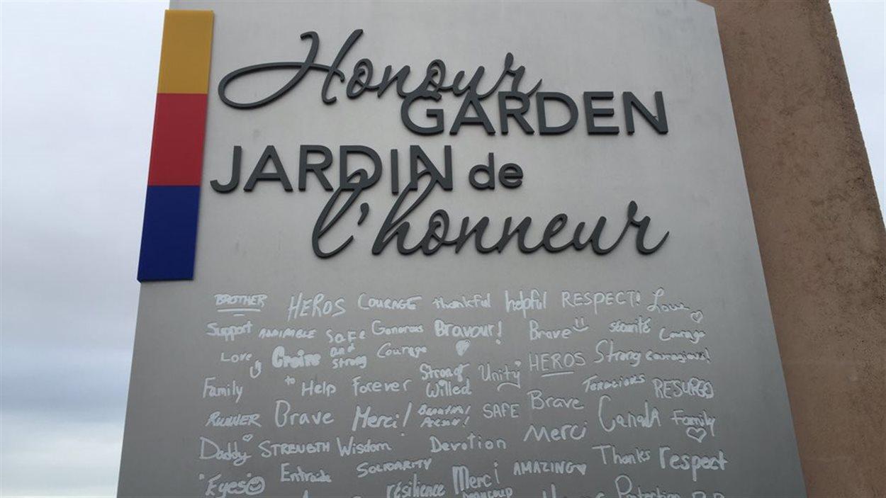 Monument commémoratif couvert de remerciements