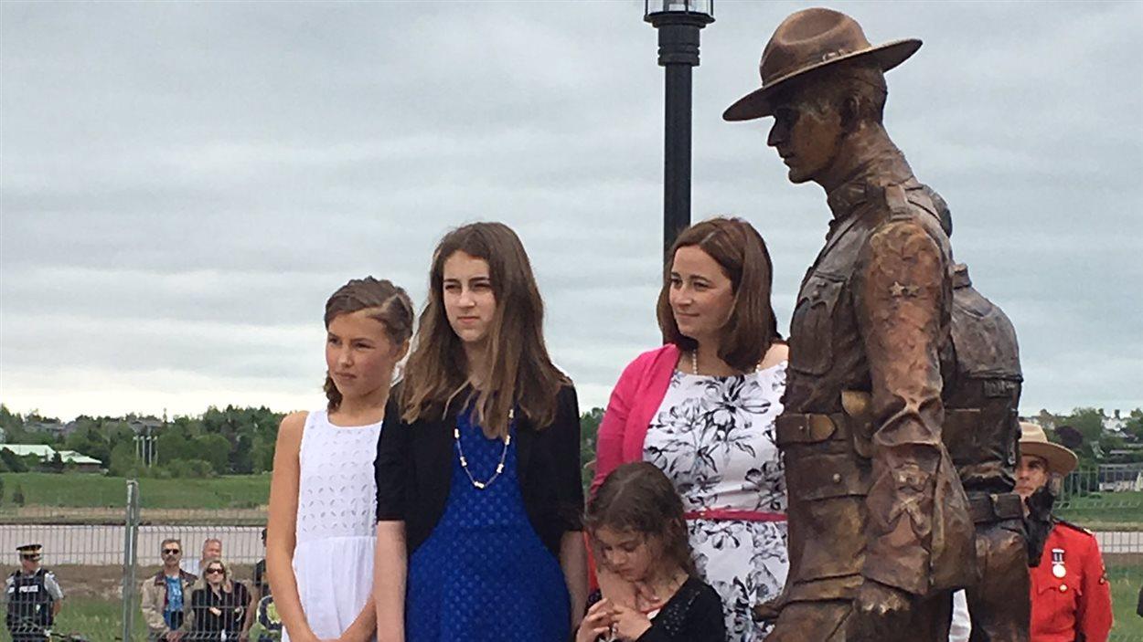 Une famille devant les statues