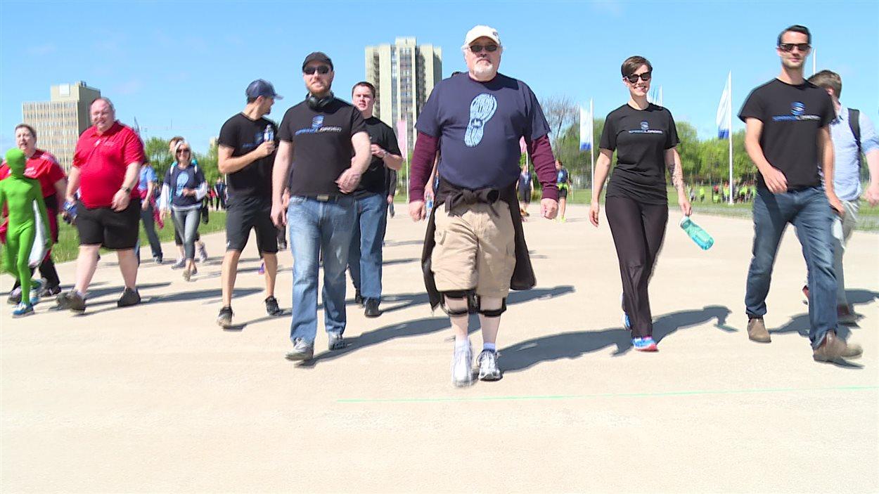 Bill Horne accomapgné d'autres marcheurs
