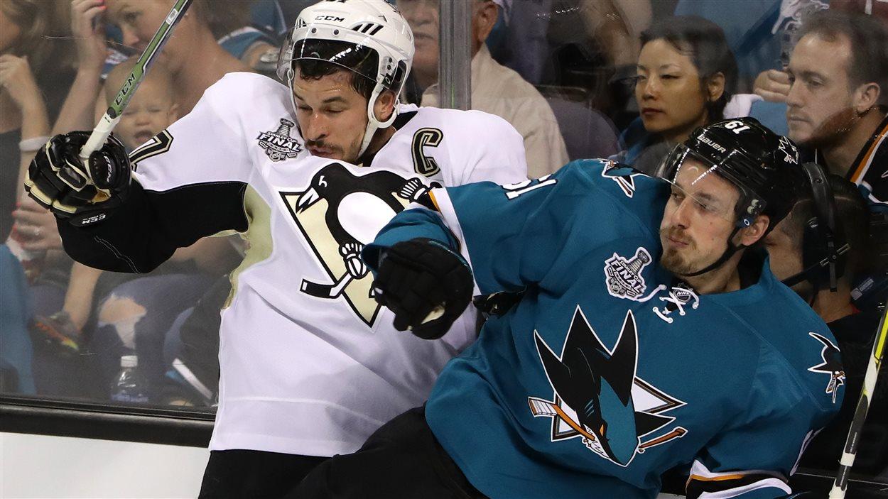 Justin Braun (#61) devant Sidney Crosby