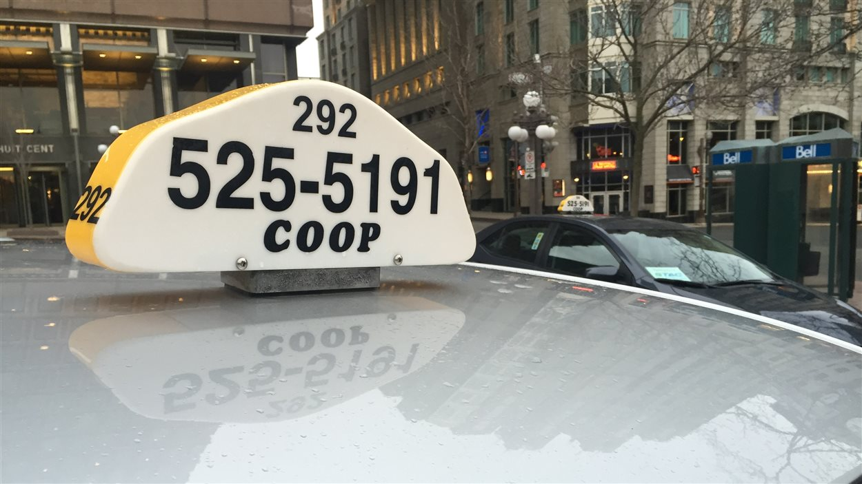 Une dizaine de chauffeurs de taxi de Québec manifestent à Montréal.