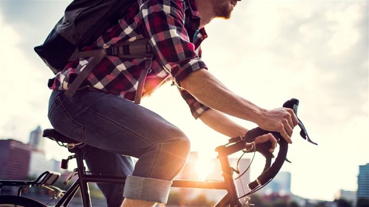 Selon le Code de la route du Manitoba, des vélos de taille adulte avec un diamètre de roue arrière supérieure à 410 millimètres ne sont pas autorisés sur le trottoir.