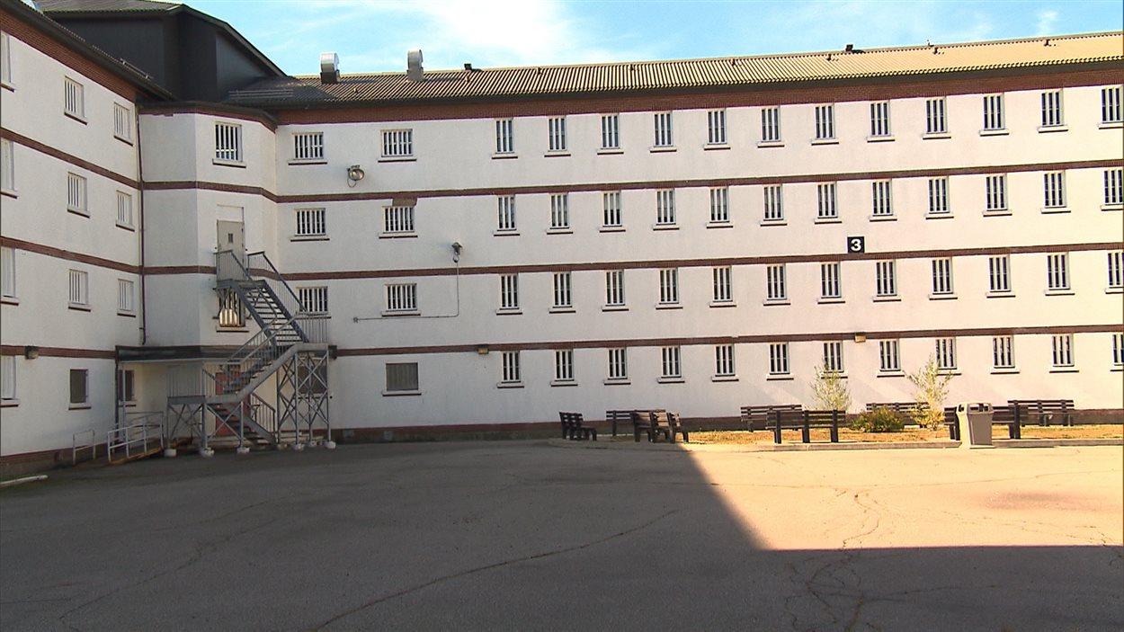 La cour intérieure de l'Établissement de détention Leclerc, à Laval.