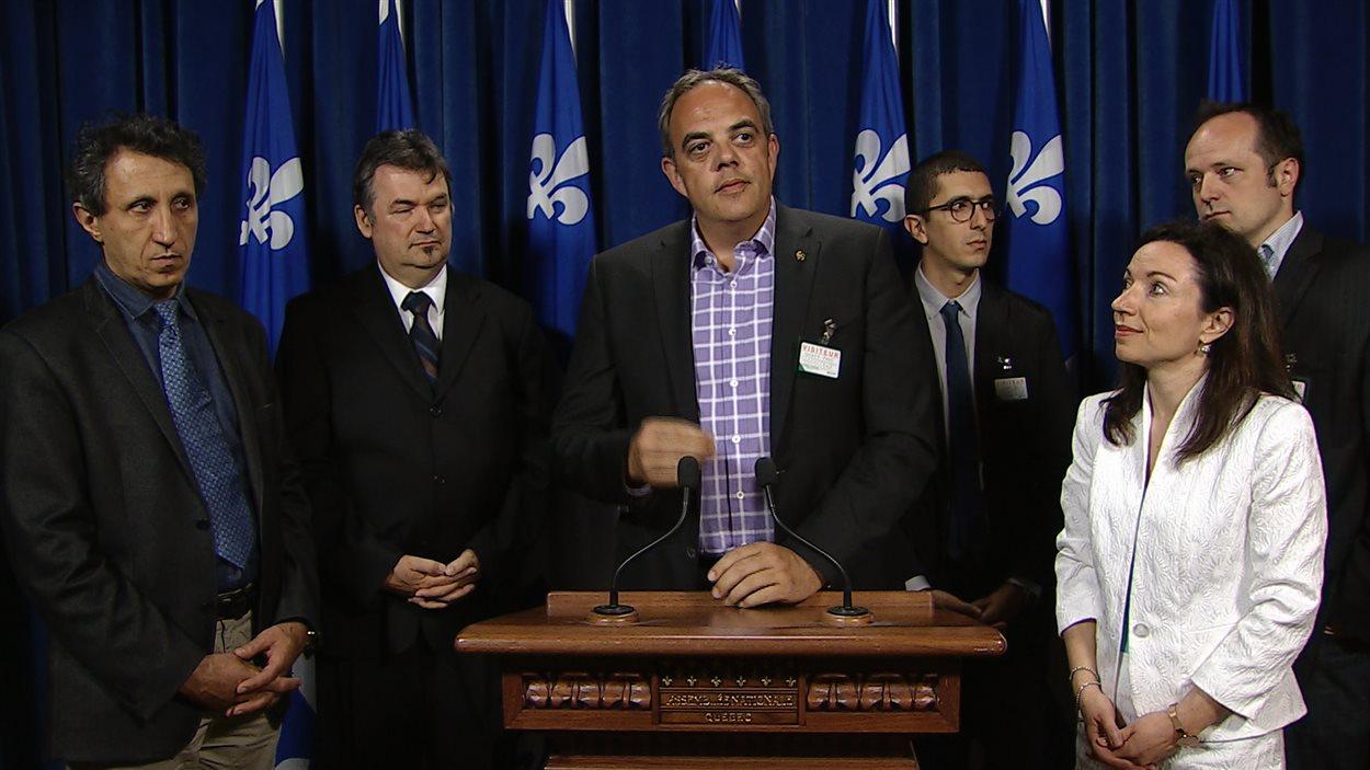 Le porte-parole du RTAM, Benoît Jugand, entouré notamment à l'avant-plan du député de QS Amir Khadir (à gauche) et de la péquiste Martine Ouellet (à droite).