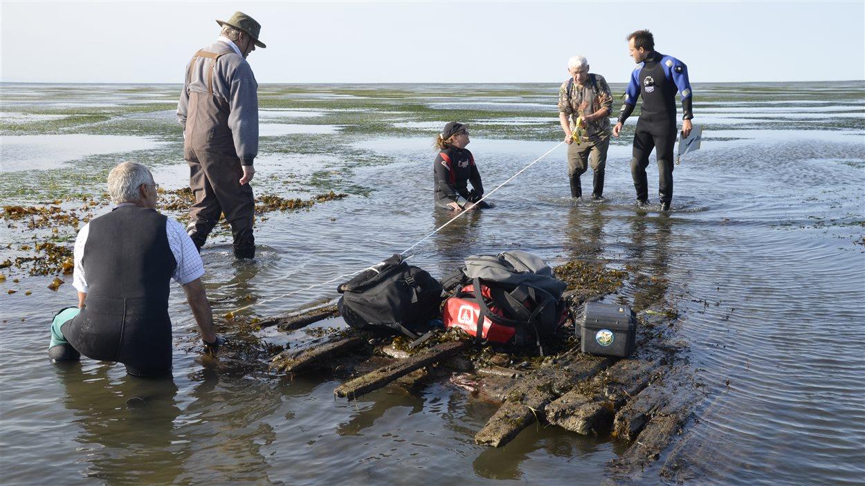 L'équipe d'archéologues et de plongeurs étudie l'épave présumée du navire Sainte-Anne dans le secteur de Pointe-Lebel.