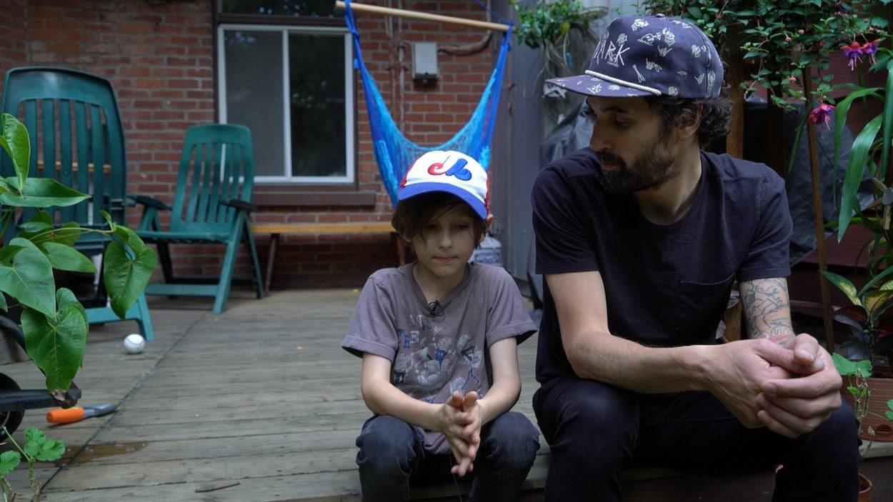Un résident d'Hochelaga avec son fils