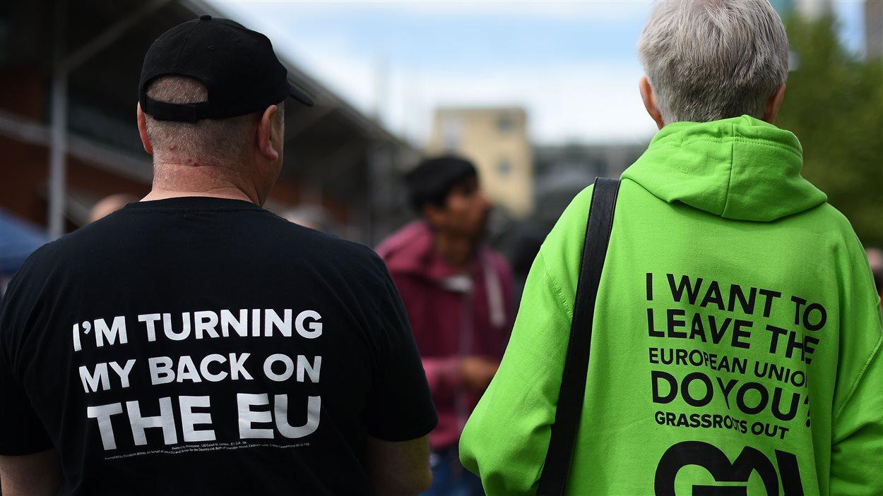 Deux partisans de la séparation de l'Union européenne vus de dos