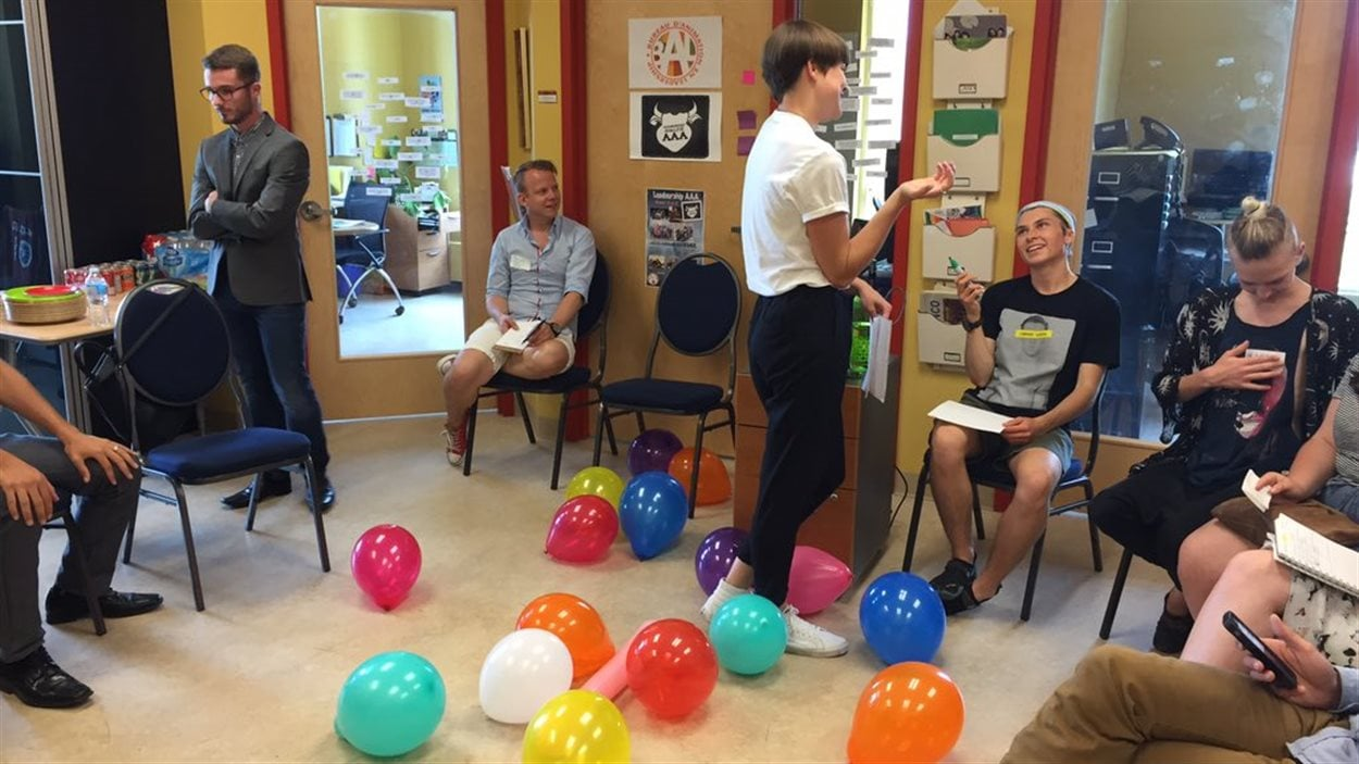 Des jeunes francoalbertains participent à un atelier pour faciliter création d'alliances gai-hétéro.