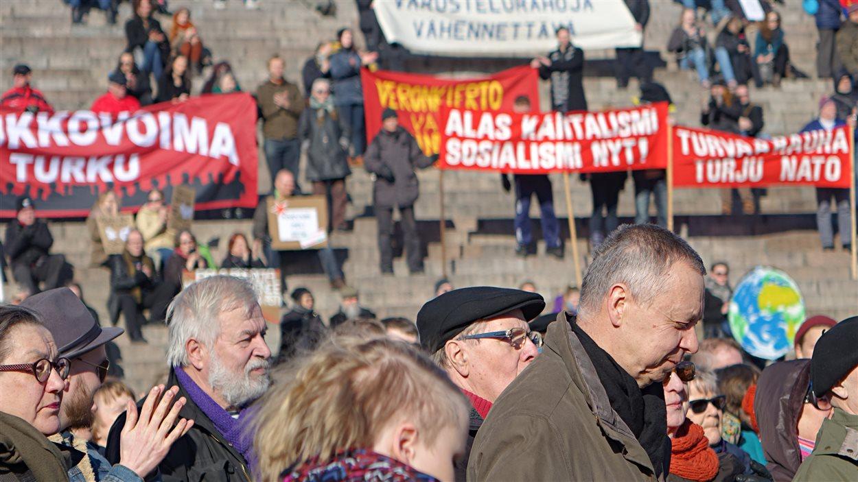 Des Finlandais manifestent à Helsinki pour exiger le maintien de leurs acquis sociaux.