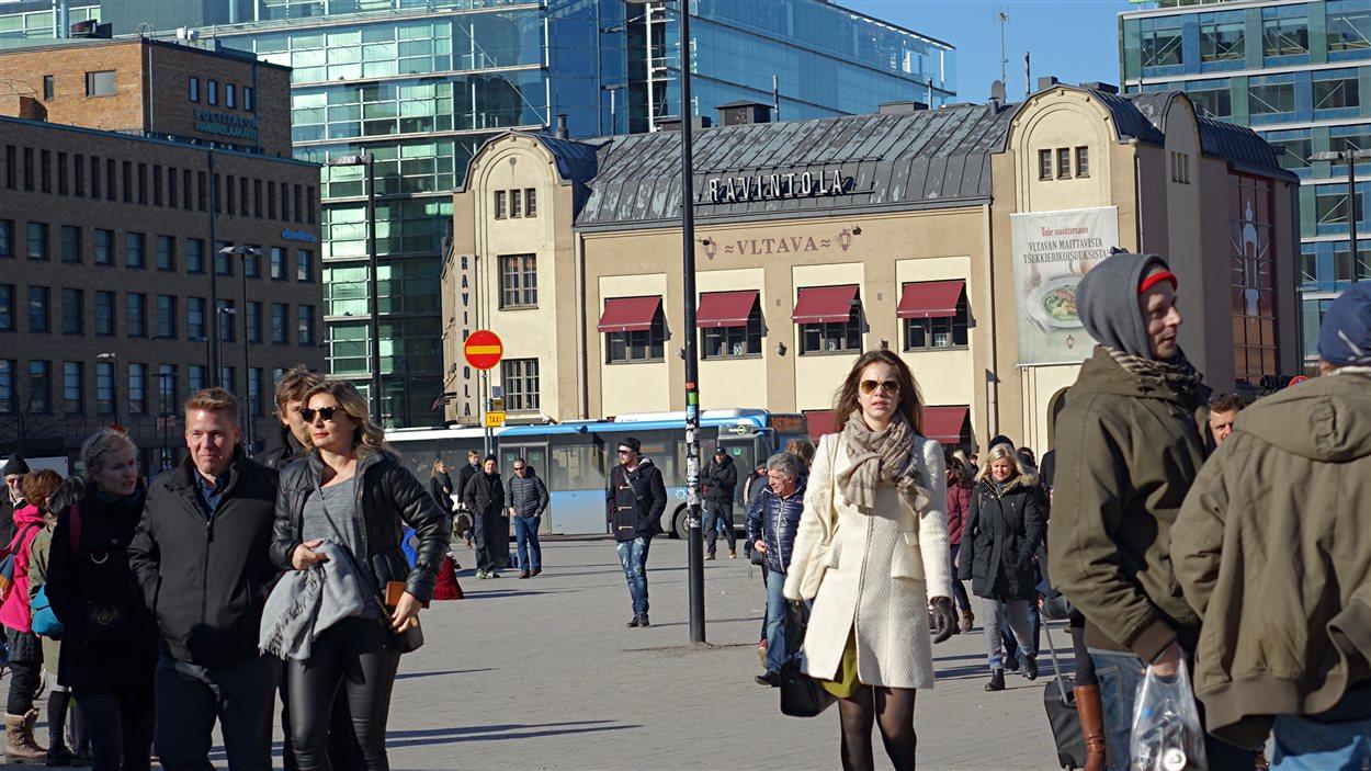 Des Finlandais qui marchent dans la rue.