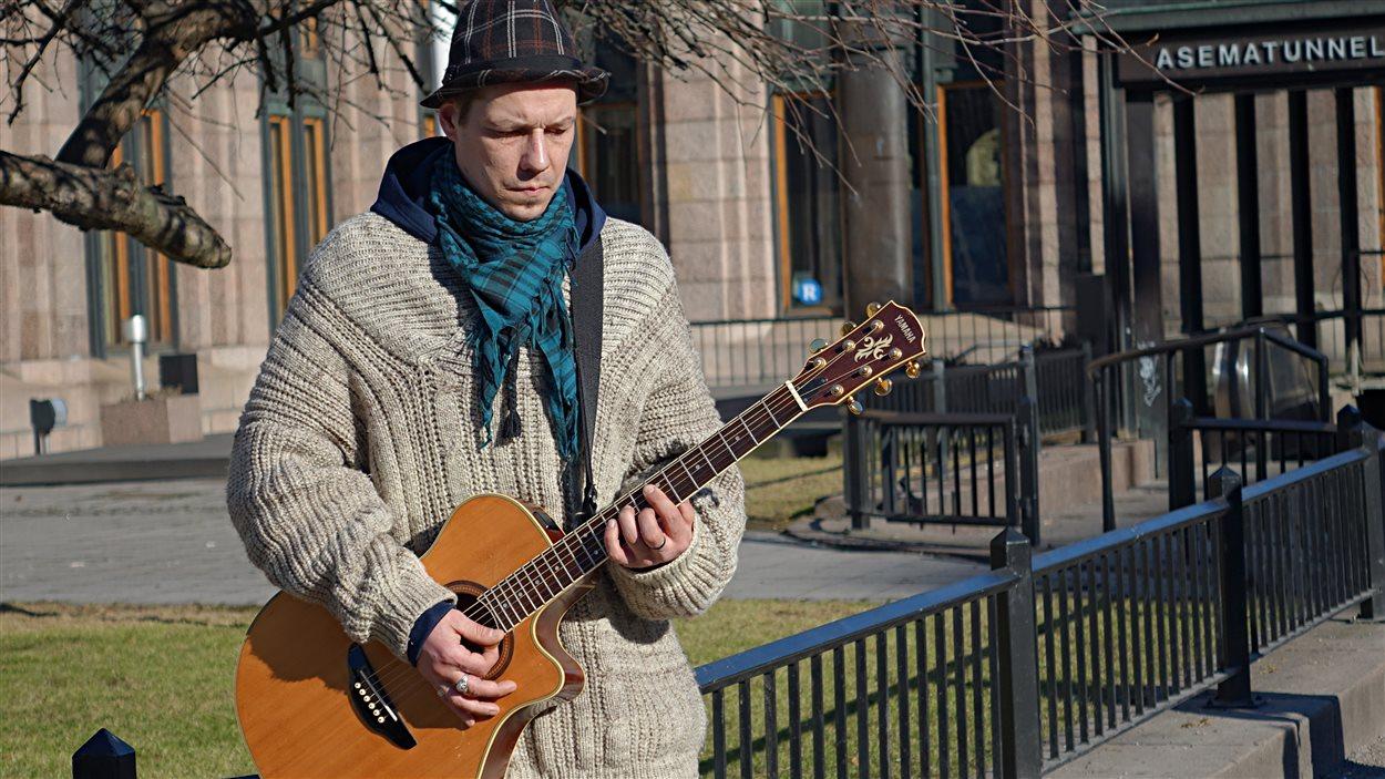 Le musicien de rue Kimmo