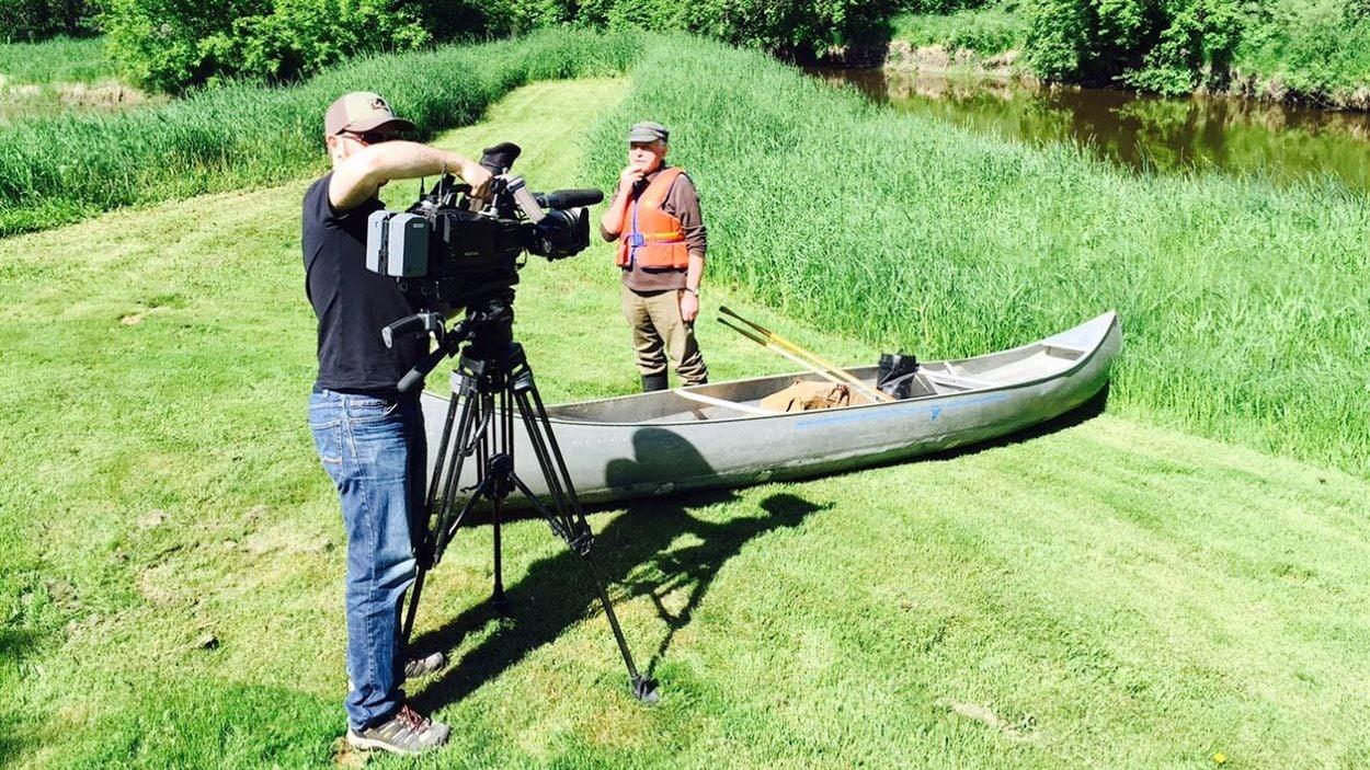 Notre caméraman Thomas Asselin qui prépare son matériel pour nous filmer au plus prêt dans cette aventure.